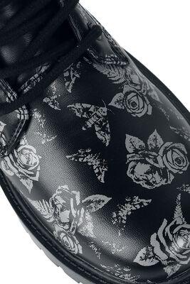 Sorte støvler med snøre og print med roser og natsværmere